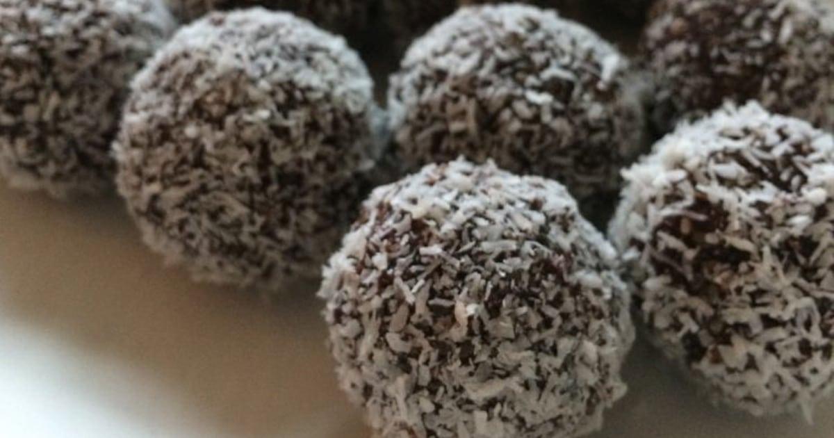 Plan rapproché de boules d'énergies au chocolat avec de la noix de coco râpée
