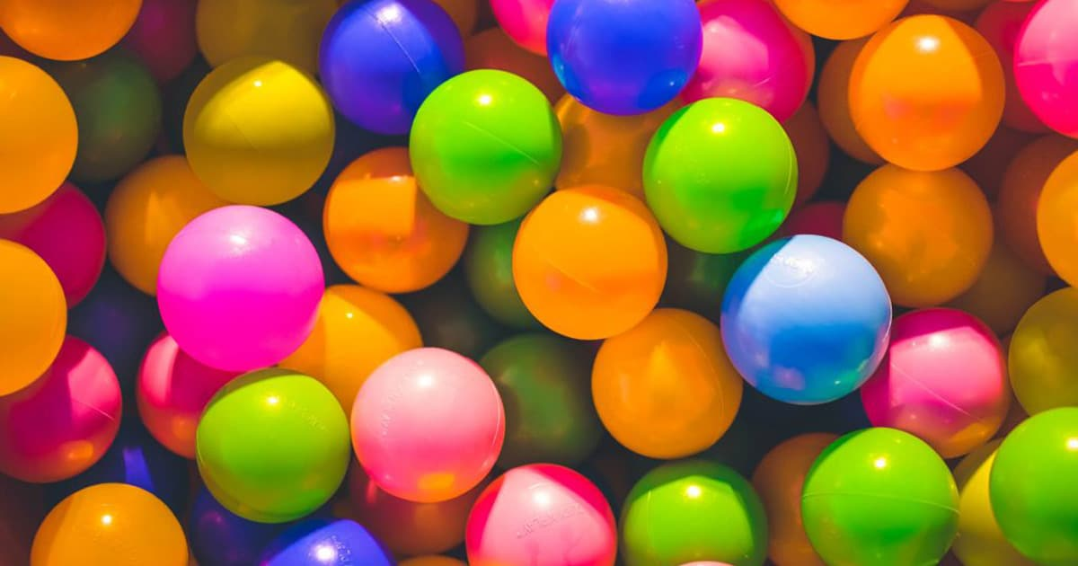 Plan rapproché de balles de plastique colorées