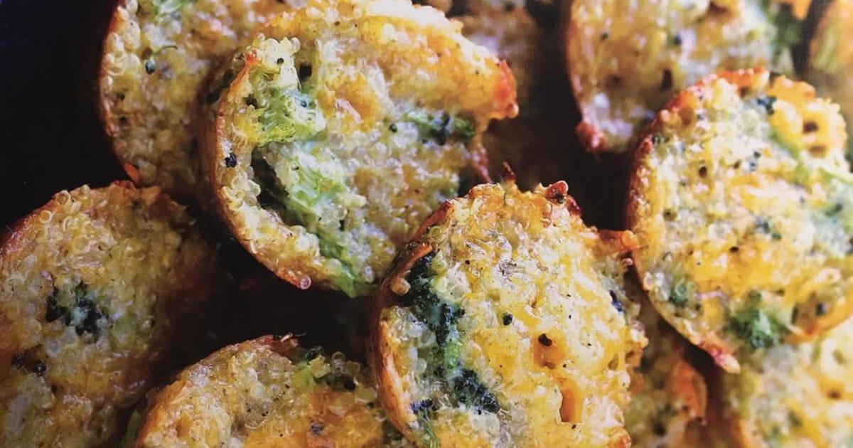 Plan rapproché de bouchées de cheddar, brocoli et quinoa