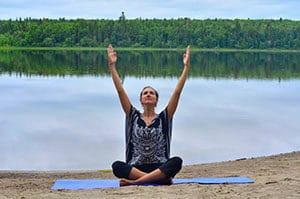 Brigitte Robitaille en train de faire un exercice au lac