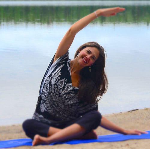 Brigitte Robitaille en train de faire l'exercice de la sirène au lac