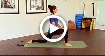 Brigitte Robitaille effectuant des exercices sur un matelas de yoga