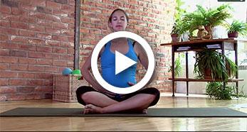 Brigitte Robitaille enceinte assise en indien au sol effectuant des exercices de respiration